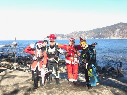 静岡県西伊豆町黄金崎公園ビーチのクリスマスコスプレの画像です。ここはダイビングはもちろんシュノーケリングや体験ダイビングも楽しめる絶景ポイントです。