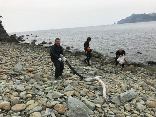 静岡県の伊豆半島の西側、西伊豆地区にある黄金崎でダイビングに来た人がクリーンナップ中。