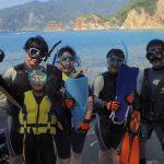 静岡県西伊豆町黄金崎公園ビーチでスノーケリングを楽しまれたメンバーです。いい海、いい夏、いい天気で楽しく海遊びが出来ました。ここはダイビングはもちろんシュノーケリングや体験ダイビングも楽しめる絶景ポイントです。お子様、ご家族連れ、カップルでもご利用ください。