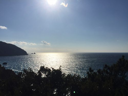 静岡県西伊豆町黄金崎公園ビーチから見た富士山です。ここはダイビングはもちろんシュノーケリングや体験ダイビングも楽しめる絶景ポイントです。