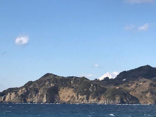 静岡県西伊豆町黄金崎公園ビーチから見える富士山の画像です。ここはダイビングはもちろんシュノーケリングや体験ダイビングも楽しめる絶景ポイントです。