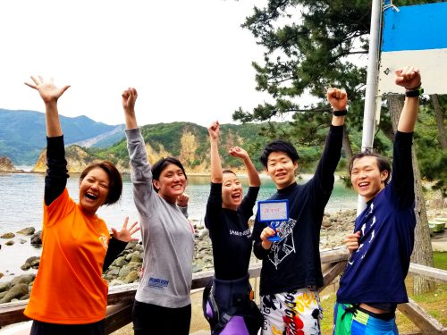 静岡県西伊豆町黄金崎公園ビーチにお越しのゲスト様の画像です。ここはダイビングはもちろんシュノーケリングや体験ダイビングも楽しめる絶景ポイントです。